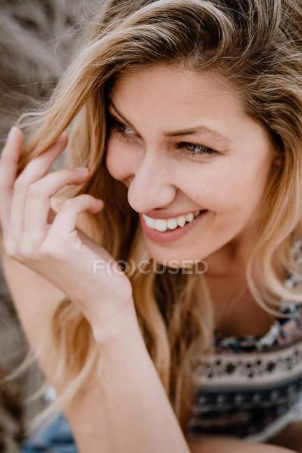 Close-up retrato de jovem bela mulher loira rindo e olhando para longe — Fotografia de Stock