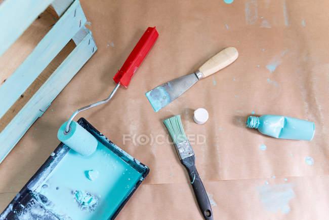 Scatola di legno dipinta di recente e strumenti sul tavolo — Foto stock