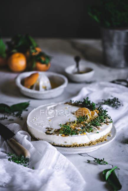 Gâteau en mandarine décoré sur nappe blanche — Photo de stock
