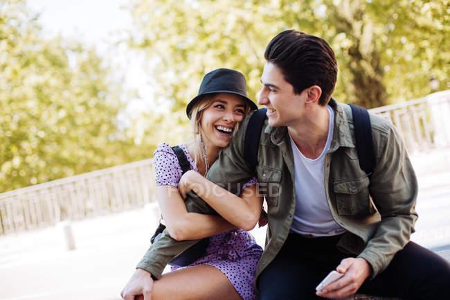 Junge fröhliche Paar in lässigen Kleidung Spaß beim Dating im Freien — Stockfoto