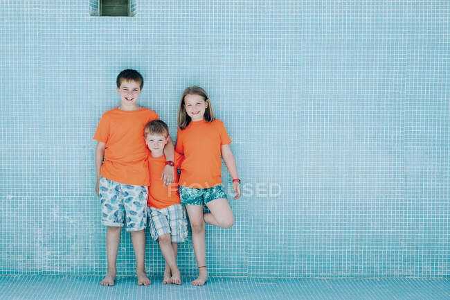 Children standing in empty pool and looking at camera — Stock Photo