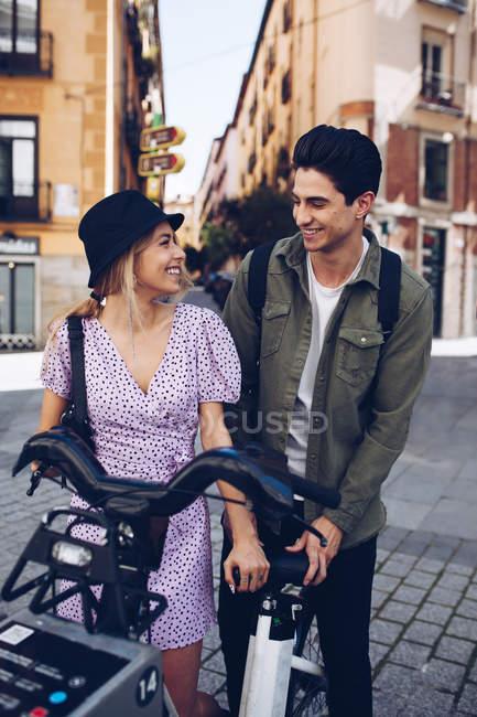 Молодая веселая пара в повседневной одежде развлекается во время свиданий на открытом воздухе — стоковое фото