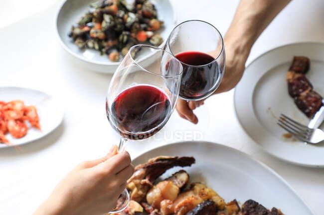 Пара приветствий с красным вином — стоковое фото