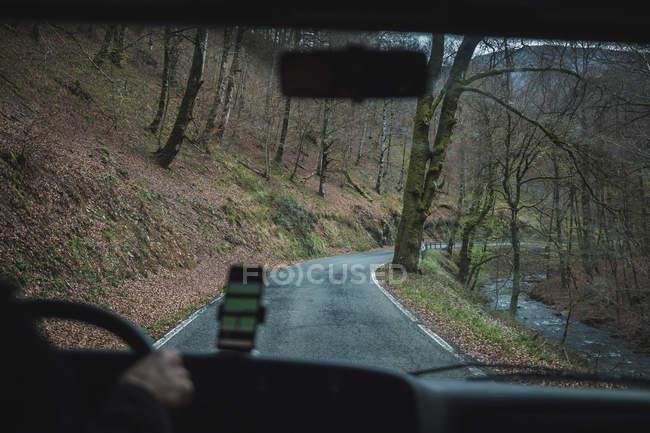 Vista de dentro do carro de estrada vazia de área rural em tempo nublado — Fotografia de Stock