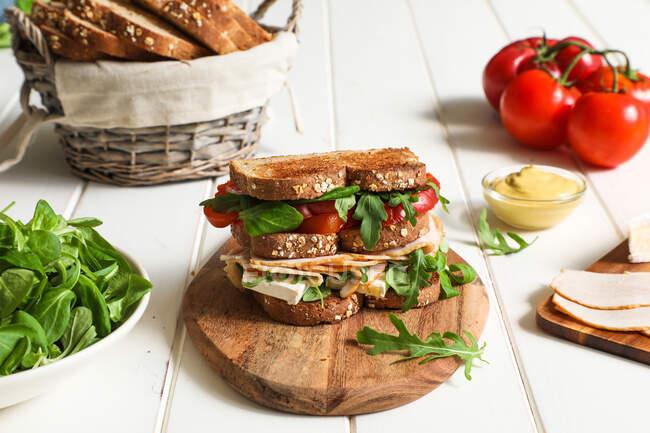 Сэндвич с овощами и сыром — стоковое фото
