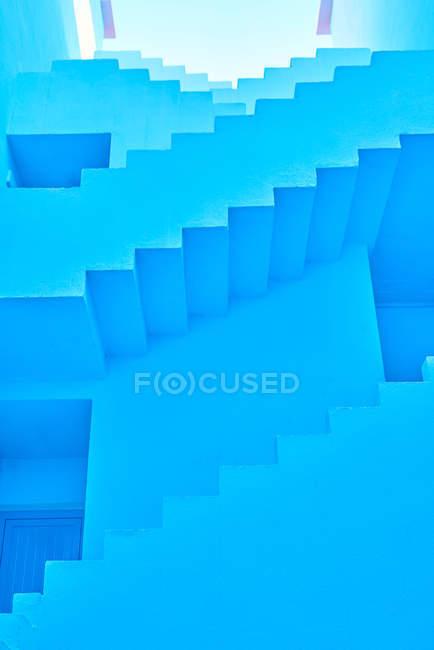 Escalier géométrique vers le haut dans le passage du bâtiment — Photo de stock