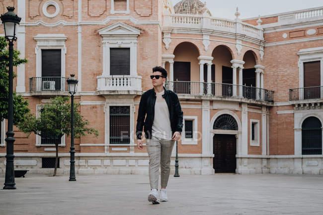 Maravilloso tipo con estilo moderno, con gafas de sol fuera.. - foto de stock