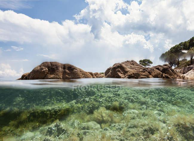 Malerischer Blick auf felsige Insel und Meeresboden an einem sonnigen Sommertag in Chalkidiki, Griechenland — Stockfoto