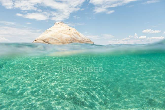 Мальовнича біла скеляста формація вкрита чистою морською водою в яскравому сонці, Халкідіки, Греція — стокове фото