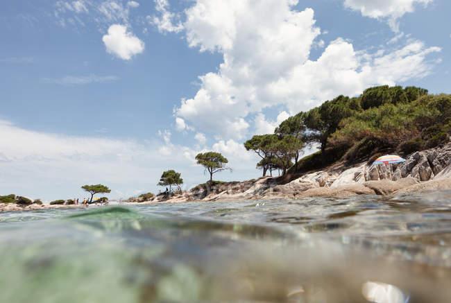 Vue pittoresque de l'île rocheuse et du fond marin le jour ensoleillé d'été à Halkidiki, Grèce — Photo de stock