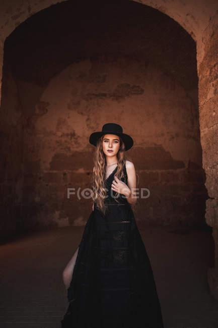 Елегантна жінка у стародавній фортеці. — стокове фото