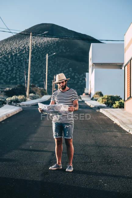 Voyageur mâle restant avec la carte sur la rue — Photo de stock