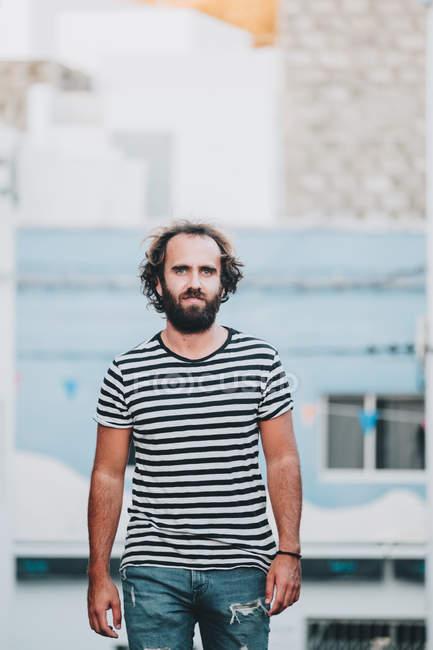Бородатий чоловік ходьба на безлюдній дорозі — стокове фото