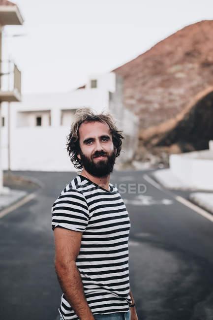 Barbudo macho na estrada deserta, retrato — Fotografia de Stock