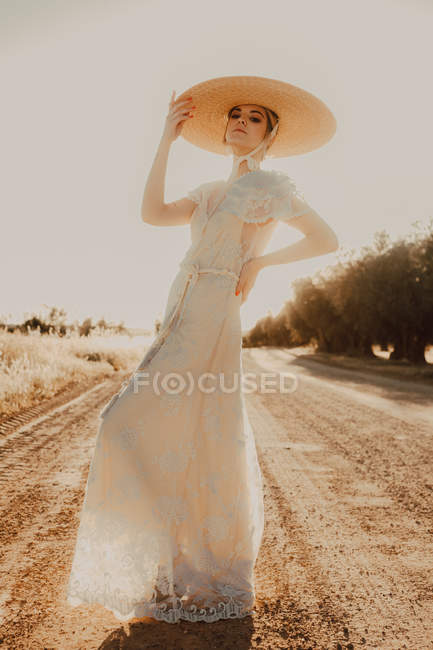 Красивая величественная женщина в шляпе в яркий солнечный день — стоковое фото