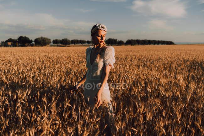 Женщина посреди пшеничного поля — стоковое фото