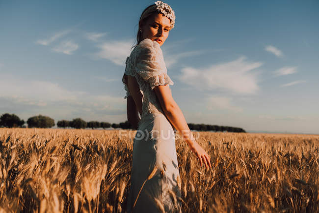 Mulher no meio do campo de trigo — Fotografia de Stock