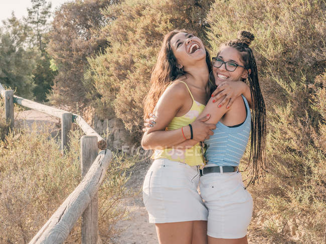 Happy trendy young women bonding at countryside — Stock Photo