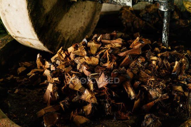 Спалена деревна тріска на залізо пошарпаний прес на виробництво напоїв — стокове фото