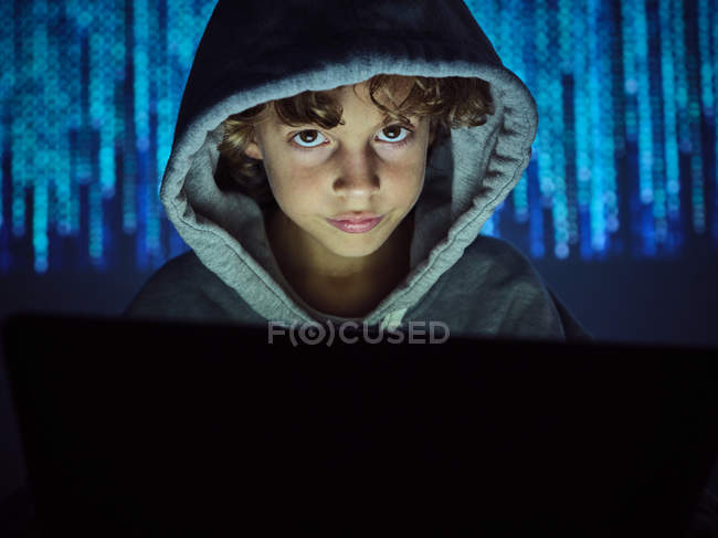 Маленький хакер дивиться на камеру. — стокове фото