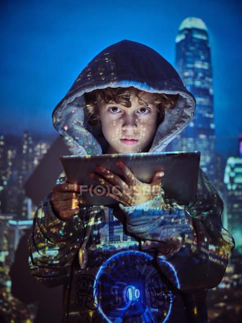 Хакерський хлопчик за допомогою планшета. — стокове фото