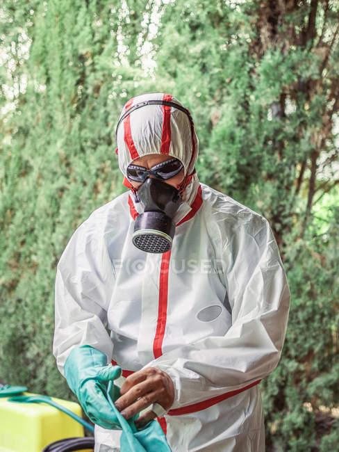 Людина в костюмі для фумігації стояти у дворі — Stock Photo