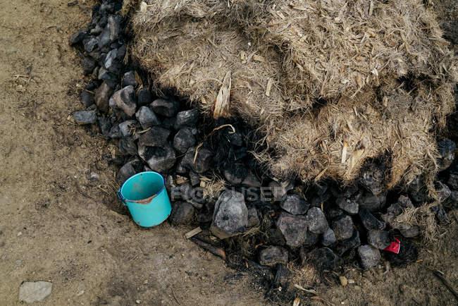 De acima da pilha quente do carvão vegetal coberta com as fibras secas da planta — Fotografia de Stock