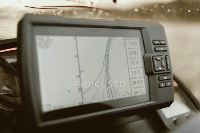 Закрытие экрана навигатора с маршрутом, указывающим правильную дорогу с удобными кнопками — стоковое фото