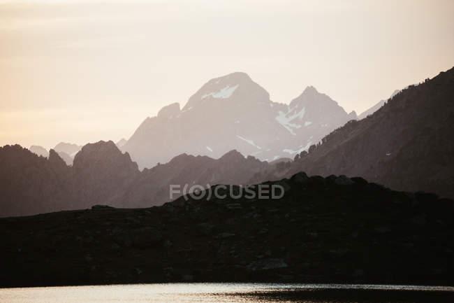 Живописный вид на озеро в горной местности — стоковое фото