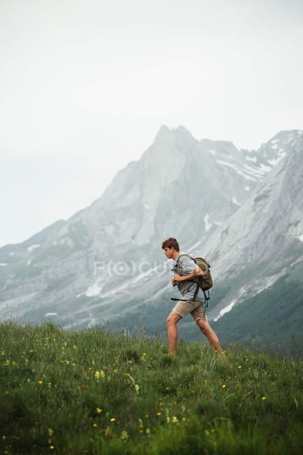 Homme avec la randonnée de sac à dos dans les montagnes des Pyrénées — Photo de stock