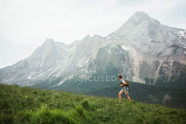 Чоловік з рюкзаком походи в гори Піренеїв — стокове фото
