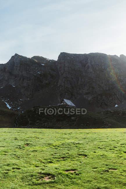 Vue pittoresque d'une petite maison en montagne — Photo de stock