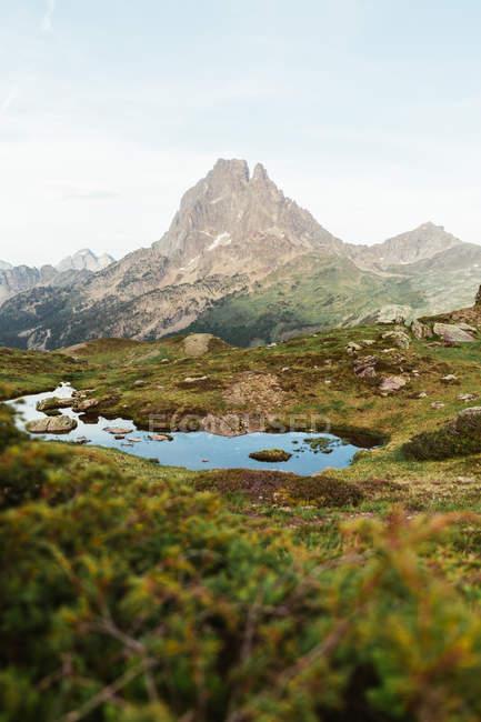 Pintoresca vista del lago en la zona de montaña - foto de stock