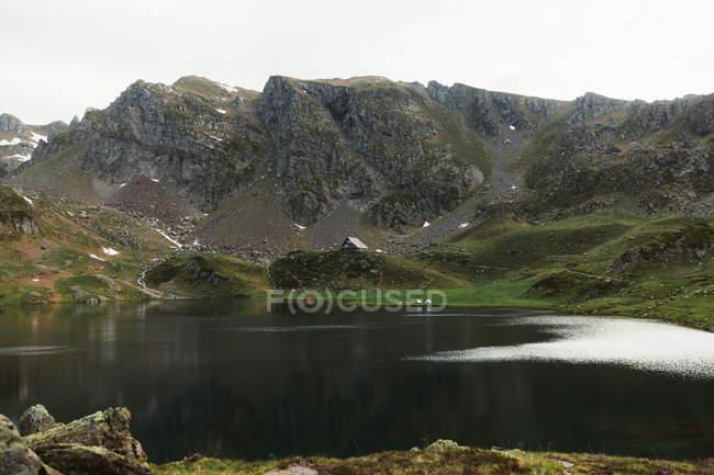 Живописный вид на домик в горах — стоковое фото