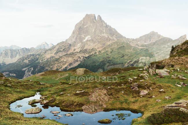 Vista pittoresca del lago nella zona di montagna — Foto stock