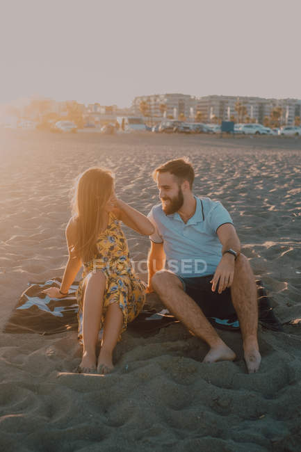 Young people in love bonding in seaside in romantic sunset evening — Stock Photo