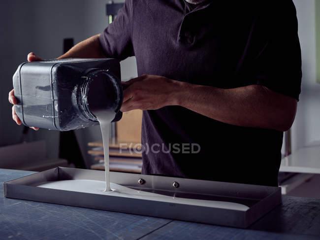 Буквенный переплет из квадратной бутылки в форму — стоковое фото
