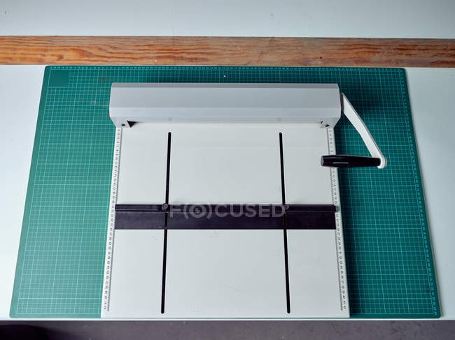 Rilegatrice manuale per la preparazione di copertine di libri in tipografia — Foto stock