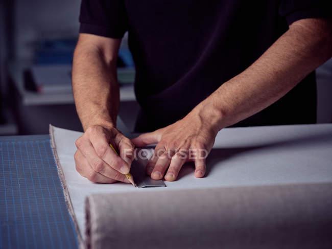 Руки переплетчика для разметки карандашом на странице — стоковое фото
