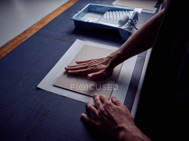 Неузнаваемый bookbinder наложения ткани на обложке для книги — стоковое фото