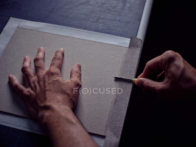 Руки bookbinder наложения ткани на обложке для книги — стоковое фото