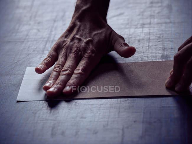 Рука bookbinder наложения ткани на обложке для книги — стоковое фото