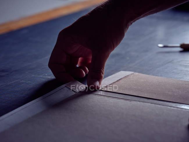 Mano di legante imponente tessuto sulla copertina per libro — Foto stock
