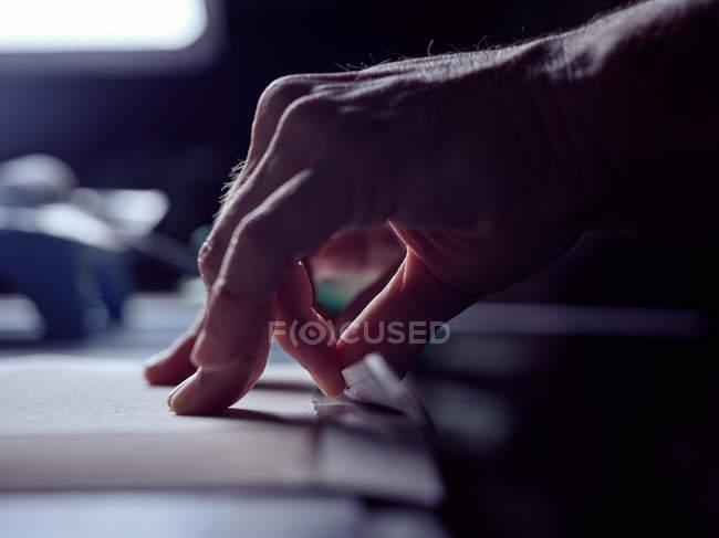 Hände des Buchmachers Falten Papier über Deckplatte — Stockfoto