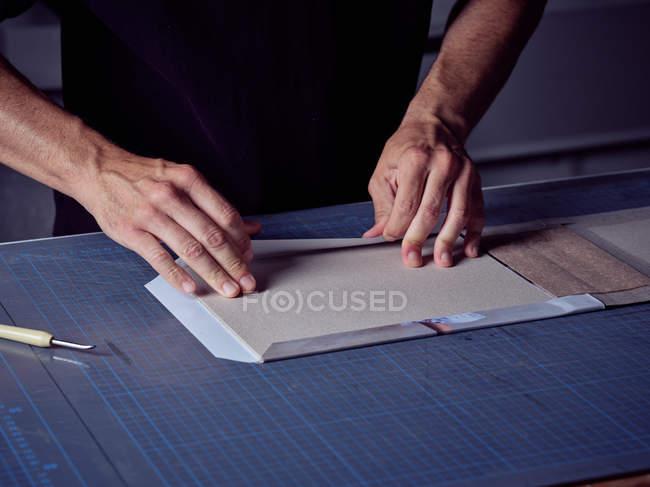 Mani di legante imponente tessuto sulla copertina per libro — Foto stock