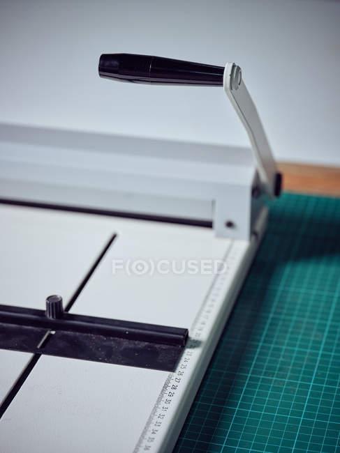 Macchina per rilegatura manuale in ufficio stampa — Foto stock