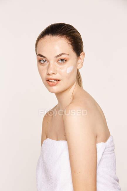 Amabile femmina prendersi cura del viso — Foto stock