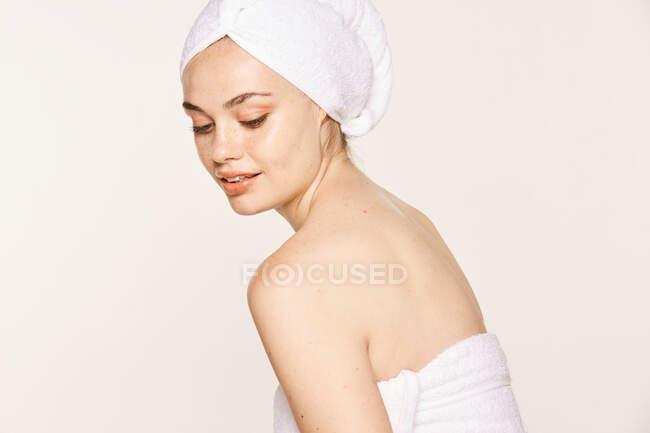 Atractiva hembra con cuerpo radiante después del procedimiento cosmético - foto de stock