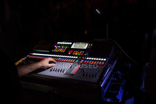 Mezclador de pizarra en un evento en vivo por la noche - foto de stock