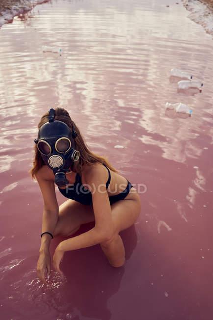 Жінки в купальників і маска прикручували в брудний басейн з підстилці — стокове фото